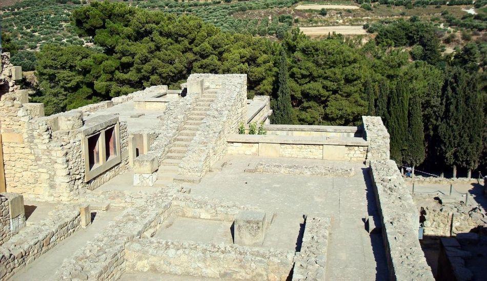 Knossos-Palace-with-car